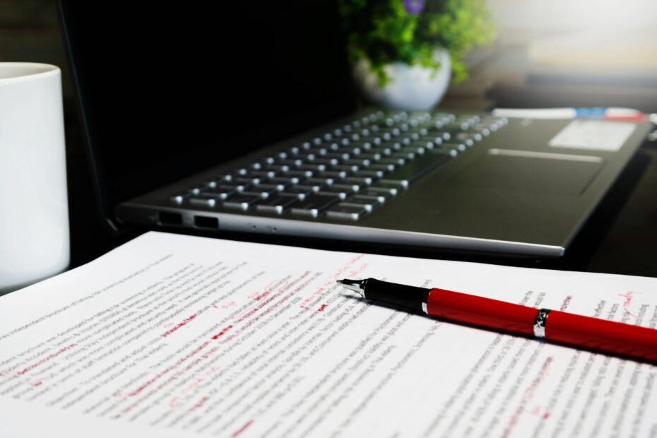 Väitöskirjan käsikirjoitukseen on tehty merkintöjä punaisella kynällä.