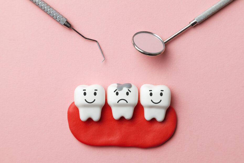 Hammaslääkärin työvälineitä ja iloisia ja surullisia hampaita.