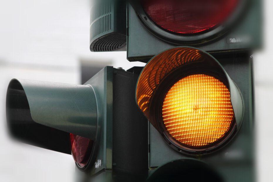 Keltainen liikennevalo.
