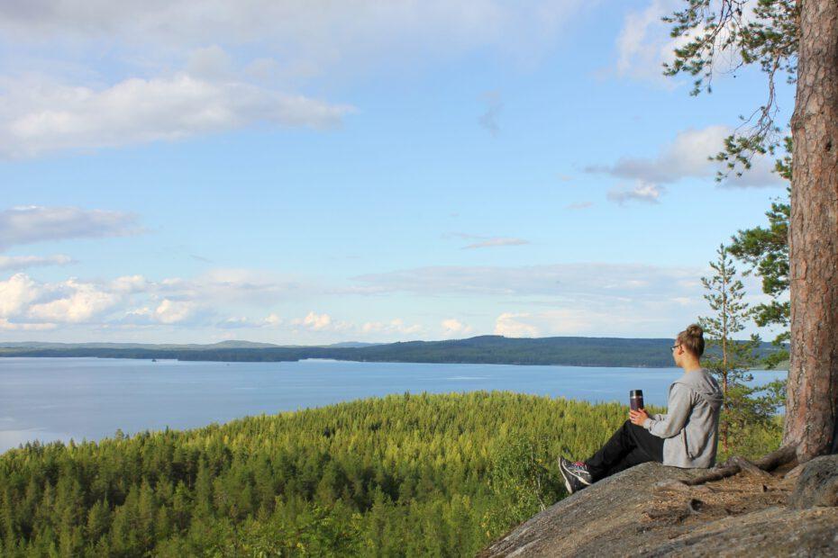Pilkuttaja nauttii suomalaisesta maisemasta.