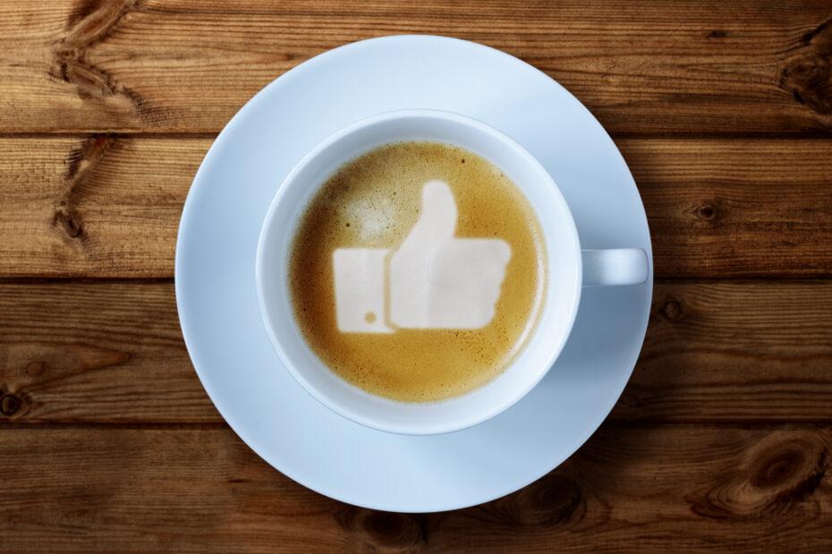 Maitovaahdosta muodostettu peukkukuvio kahvissa.